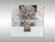 Themabeeld voor Fair Trade is jarig. Een persoon blaast gouden confetti in de lucht.