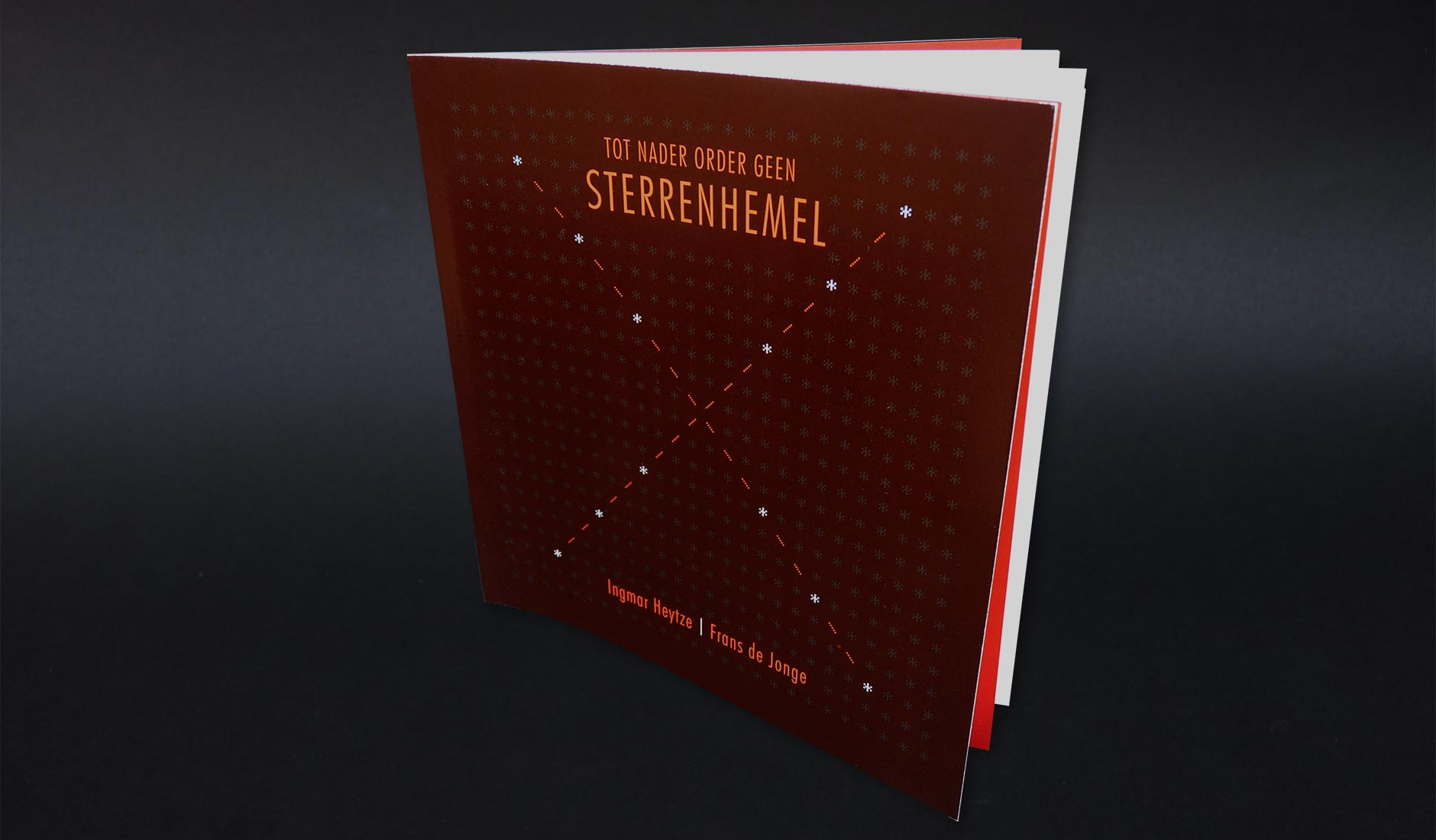Omslagontwerp voor 'Tot nader order geen sterrenhemel'. In dit typografisvhe omslag vormen tekens uit een lichtkrant letter samen de illustratie, een kruis.