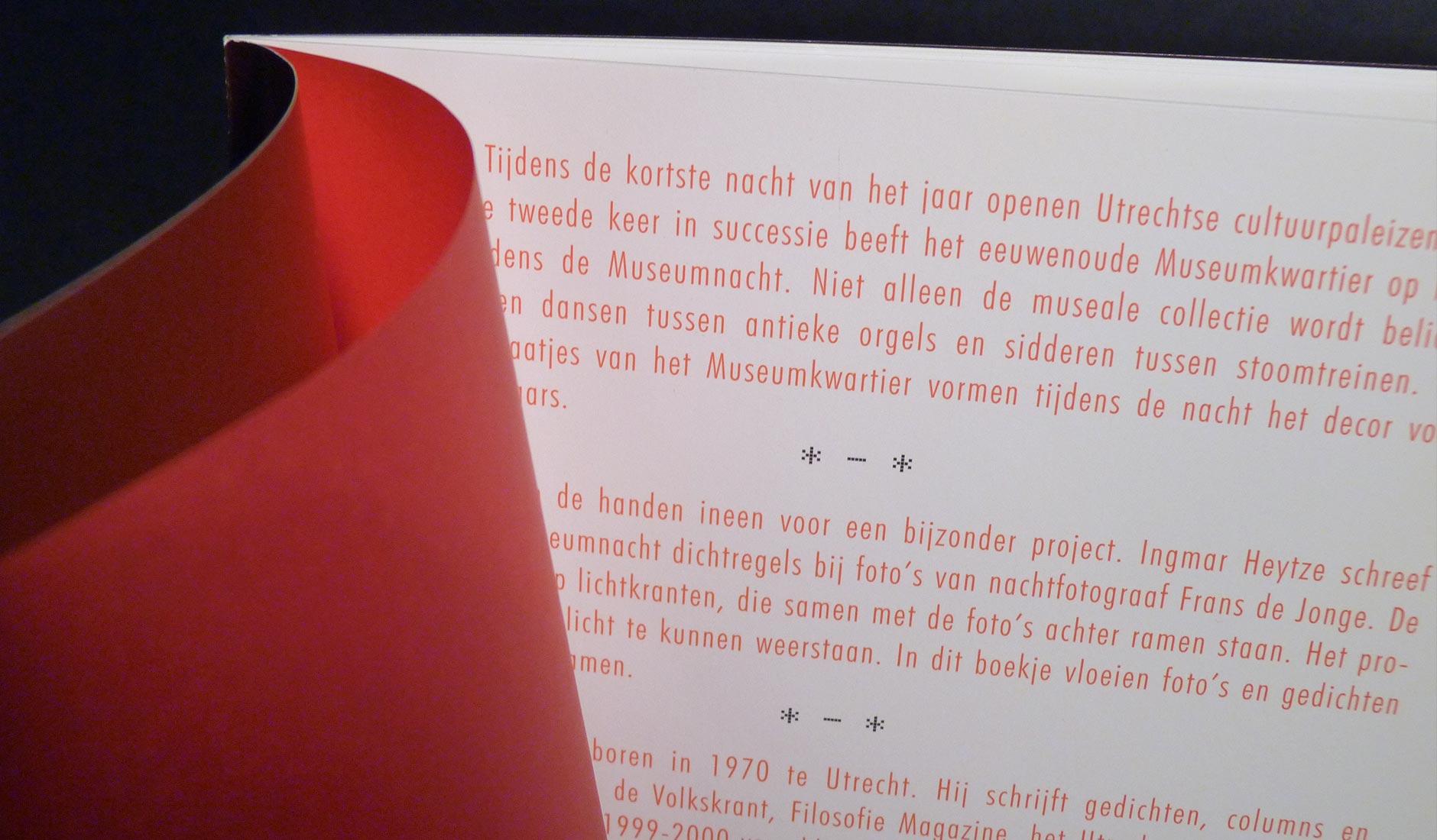 Close-up van gebruikte papiersoorten. De rode intro-tekst wordt pas zichtbaar wanneer het doorschijnende rode calquepapier is omgeslagen.