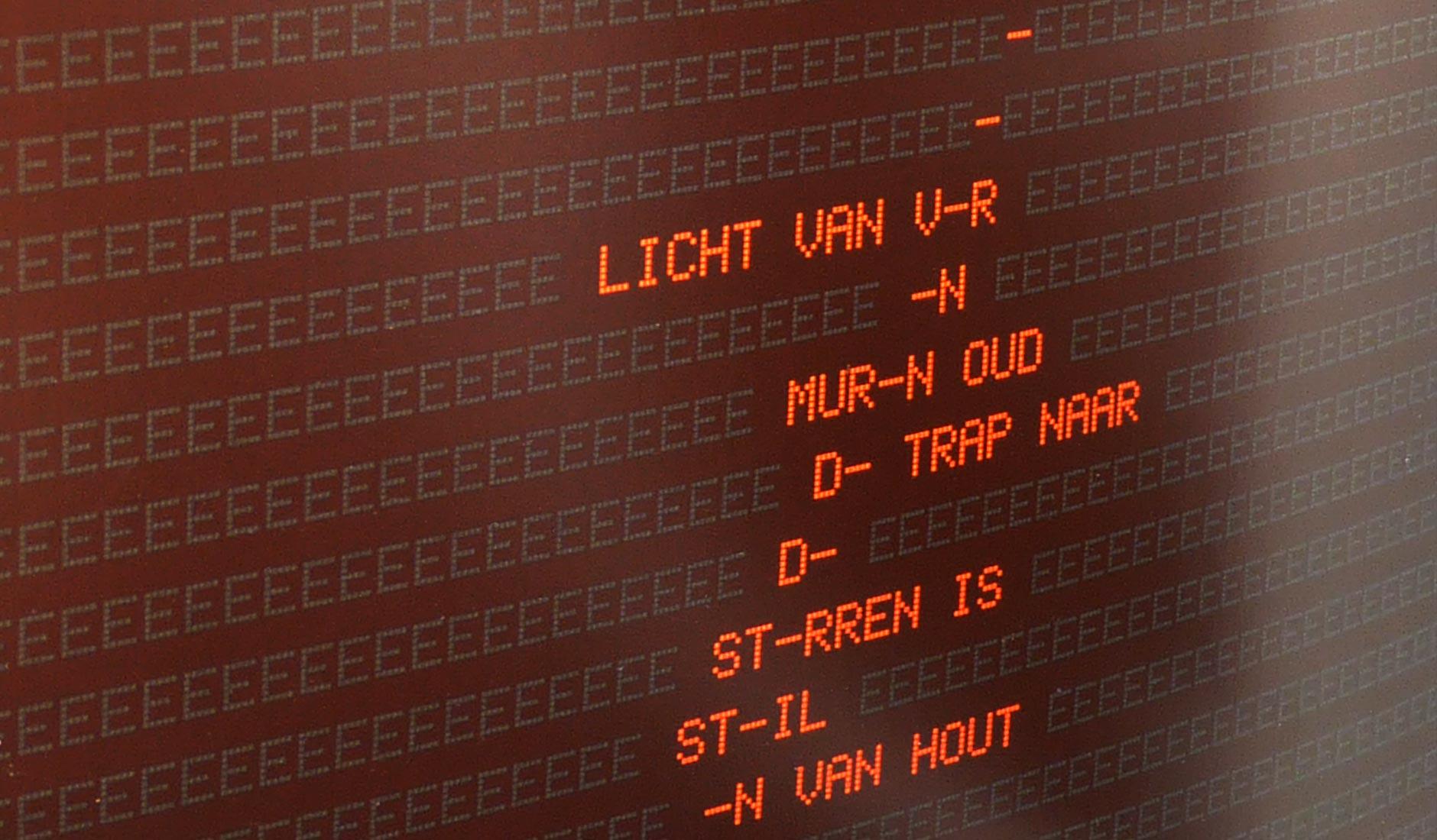 Close up van de typografie van een gedicht 'Licht van ver....'
