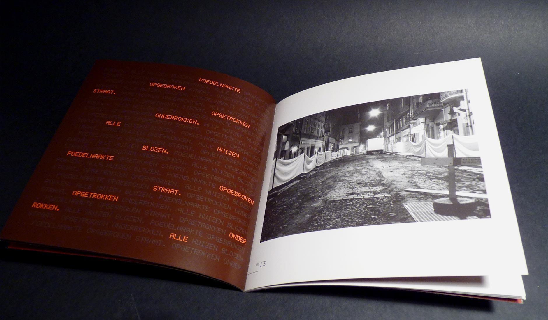 Ontwerp van de spread met het gedicht 'Opgetrokken onderrokken....' Foto van een opgebroken straat bij nacht.